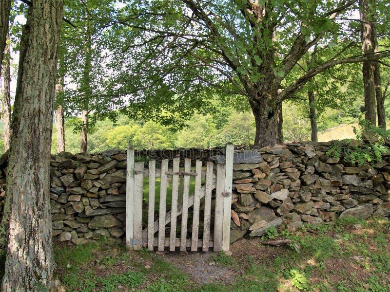 有木门的岩石墙壁在Grayson高地 库存照片