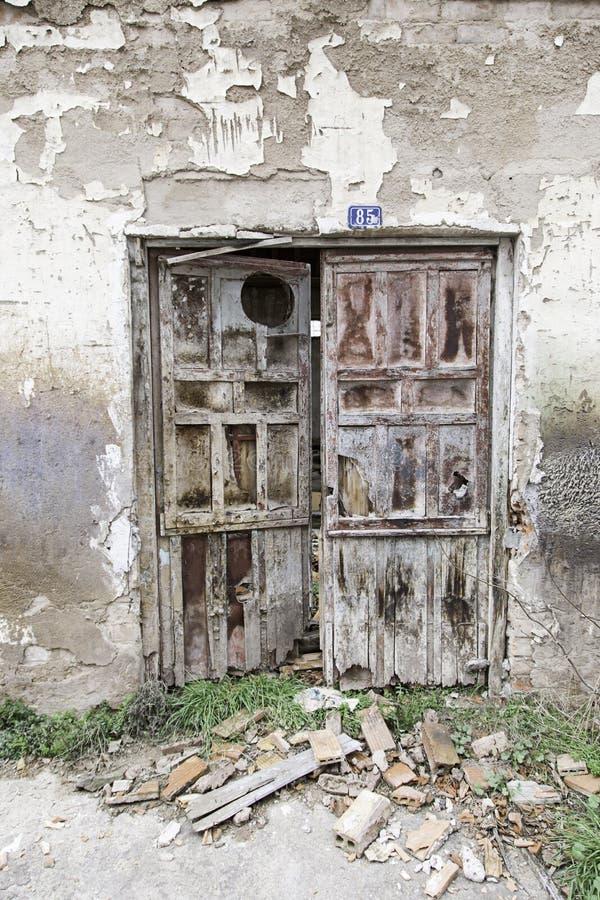 有木门的老墙壁 免版税库存照片