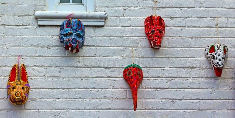 有木面具的被绘的砖墙从危地马拉 免版税库存图片