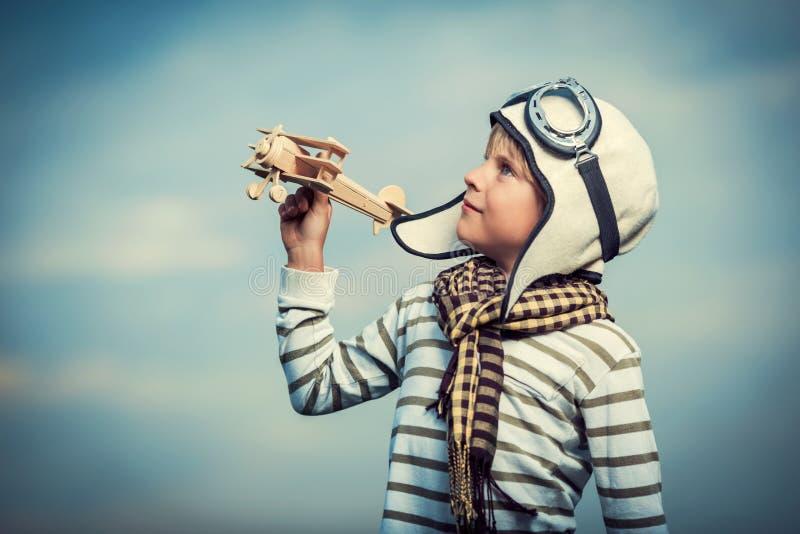 有木飞机的男孩 图库摄影