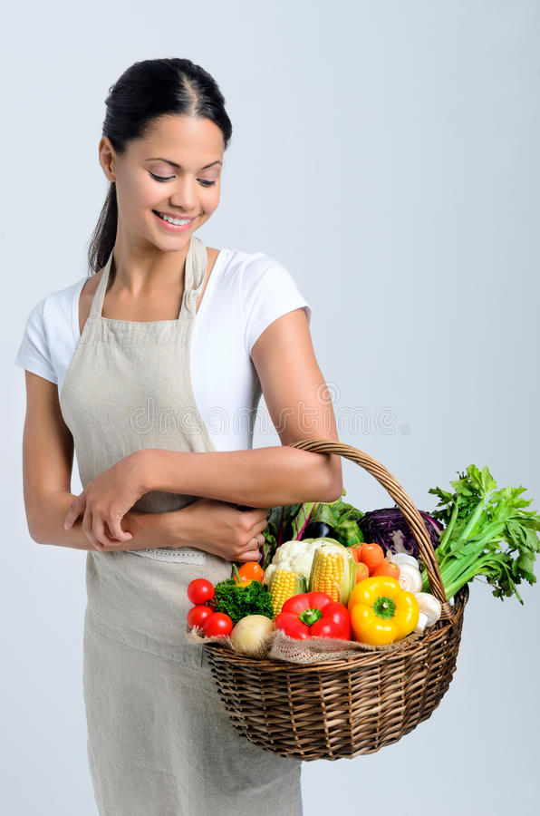 有未加工的新鲜农产品的妇女在篮子 免版税库存照片