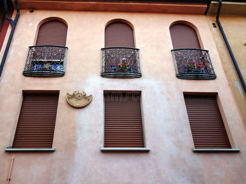 有朱丽叶阳台的粉刷成的意大利议院 库存图片