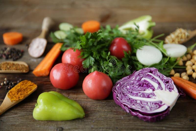 有机健康食品、新鲜蔬菜、绿色、发芽的葫芦巴豆种子和鸡豆和其他香料在一张木桌上 免版税库存图片