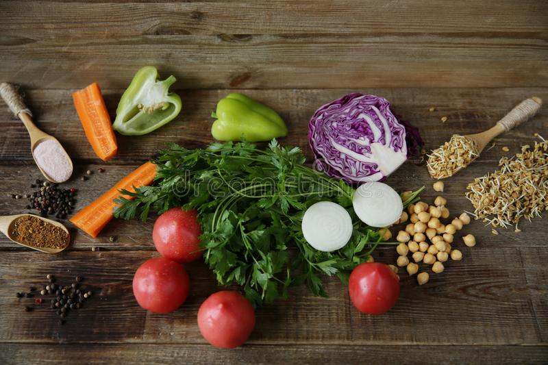 有机健康食品、新鲜蔬菜、绿色、发芽的葫芦巴豆种子和鸡豆和其他香料在一张木桌上 免版税库存照片