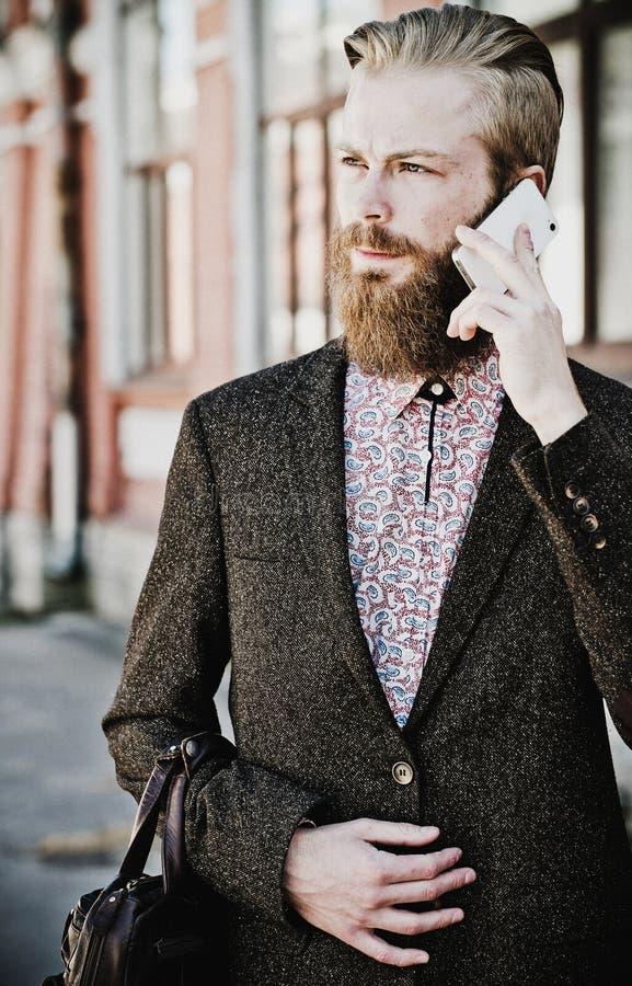 有机动性的年轻有胡子的人,室外 免版税图库摄影