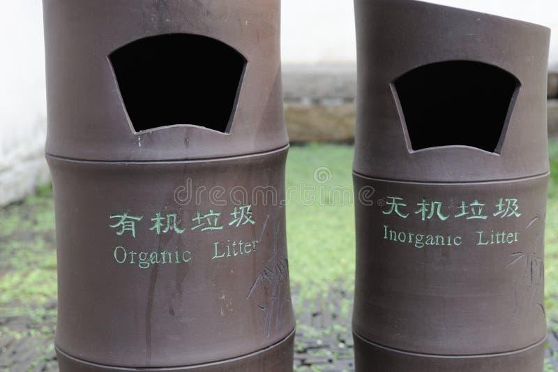 有机和无机废弃物的中国垃圾桶 库存图片