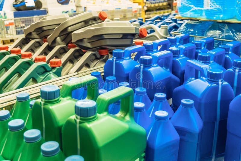 有机器润滑油的色的塑料罐头 在板台的罐 免版税库存照片