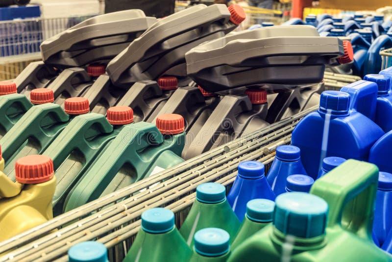 有机器润滑油的色的塑料罐头 在板台的罐 库存照片