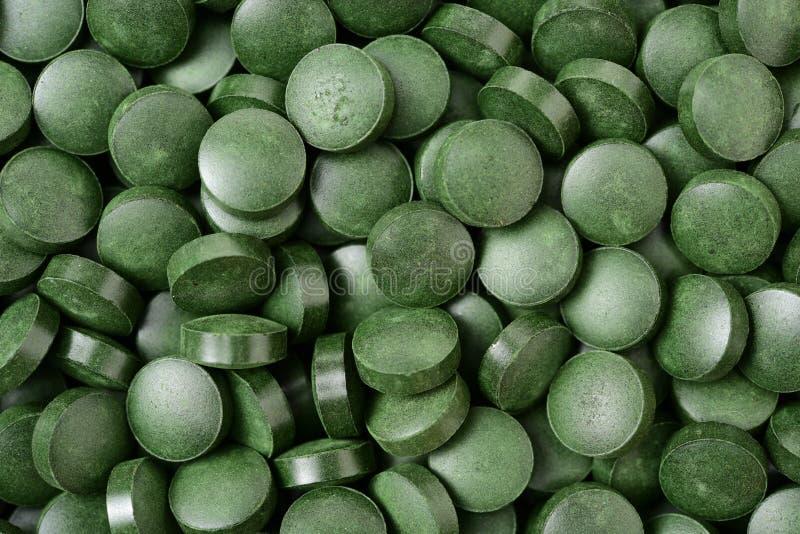 有机小球藻和spirulina药片 免版税库存图片