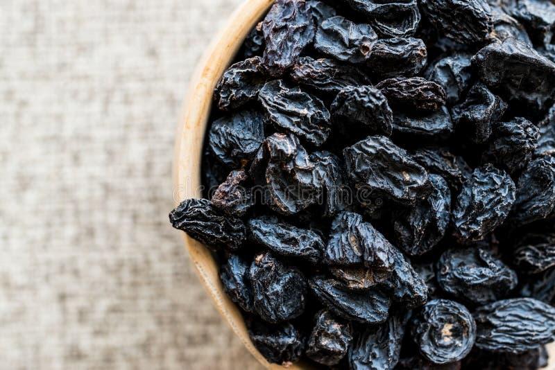 有机干葡萄干或葡萄在木杓子 库存照片