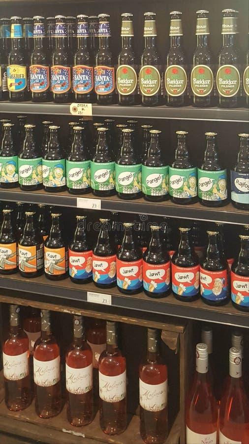 有机强麦酒,啤酒,酒,在一家地方餐馆的展览架的汁液 拍摄在奥尔堡,丹麦 库存照片