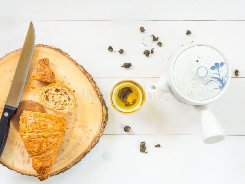 有机整粒新月形面包和热的茶 库存图片