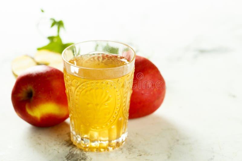 有机新近地做的苹果汁 图库摄影
