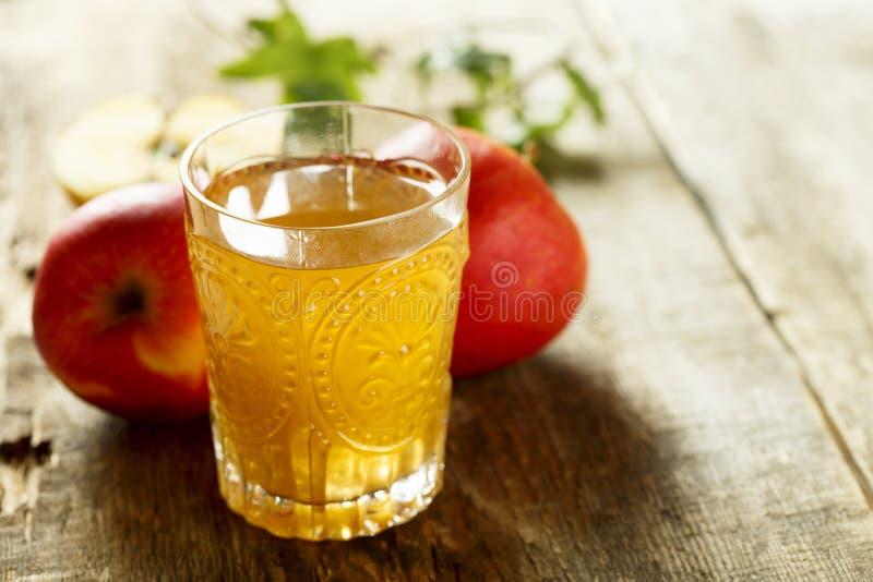 有机新近地做的苹果汁 库存照片