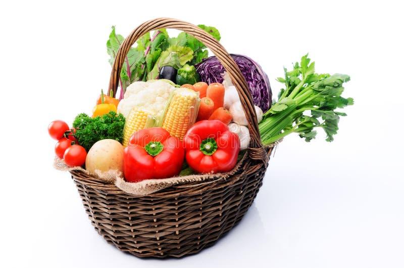 有机新鲜农产品篮子从农夫市场的 免版税库存图片