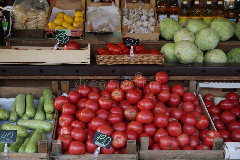 有机新鲜的不同的蔬菜、蕃茄和水果在市场上 库存图片