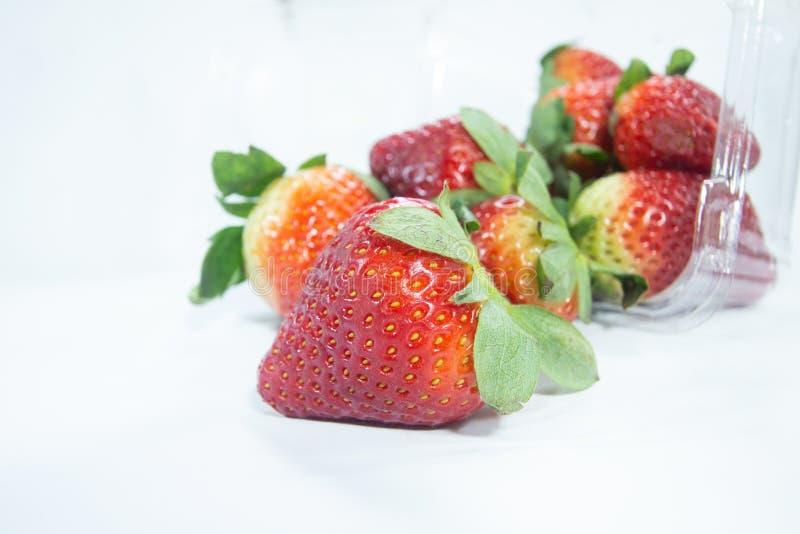 有机新鲜的草莓结果实在塑料盒的莓果 库存照片
