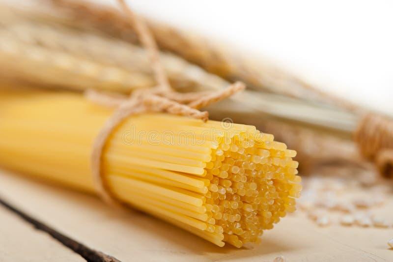 有机未加工的意大利面团和硬质小麦 免版税图库摄影
