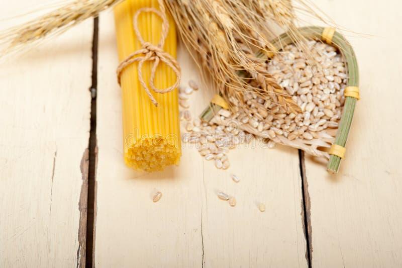 有机未加工的意大利面团和硬质小麦 免版税库存图片
