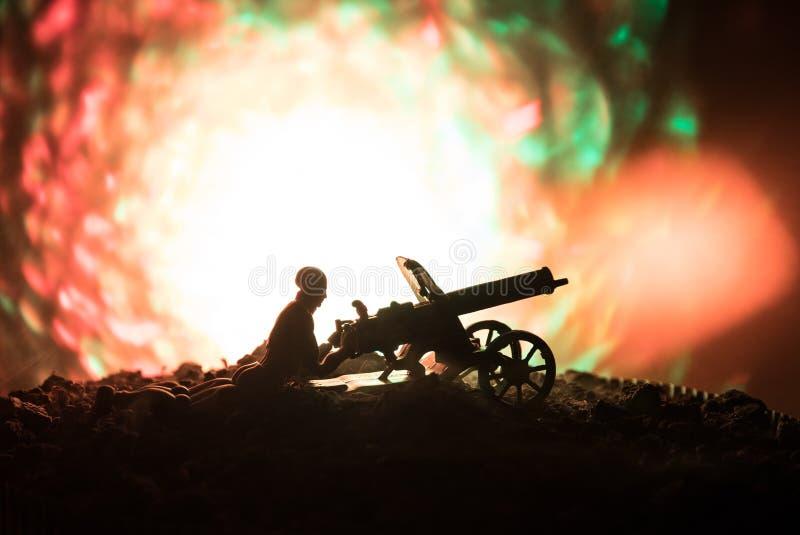 有机枪的人在夜、火爆炸背景或者军事剪影里与在战争雾天空背景,世界W的场面战斗 库存图片