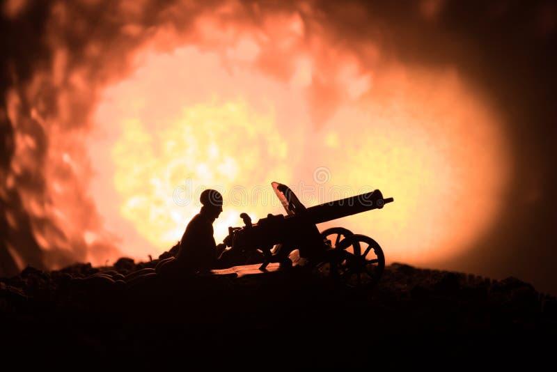 有机枪的人在夜、火爆炸背景或者军事剪影里与在战争雾天空背景,世界W的场面战斗 免版税库存照片