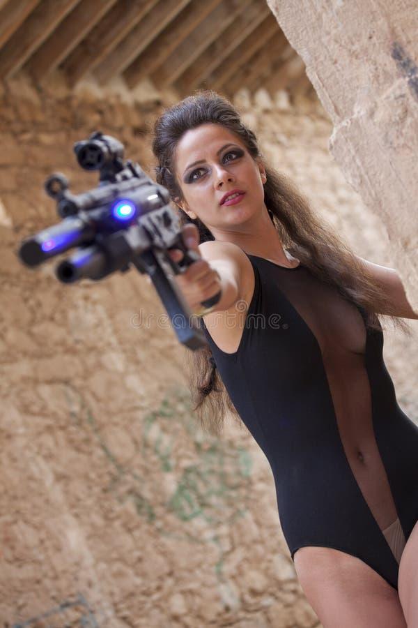 有机枪的性感的间谍 免版税库存图片