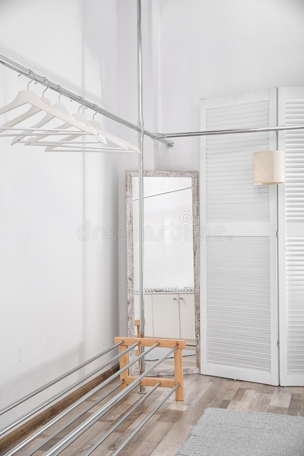 有机架的空的现代化装室 库存照片