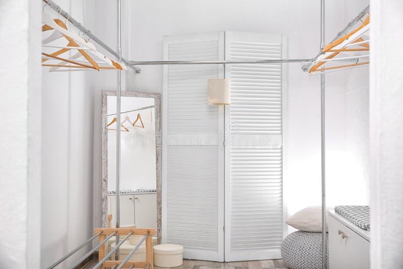 有机架的空的现代化装室 库存图片