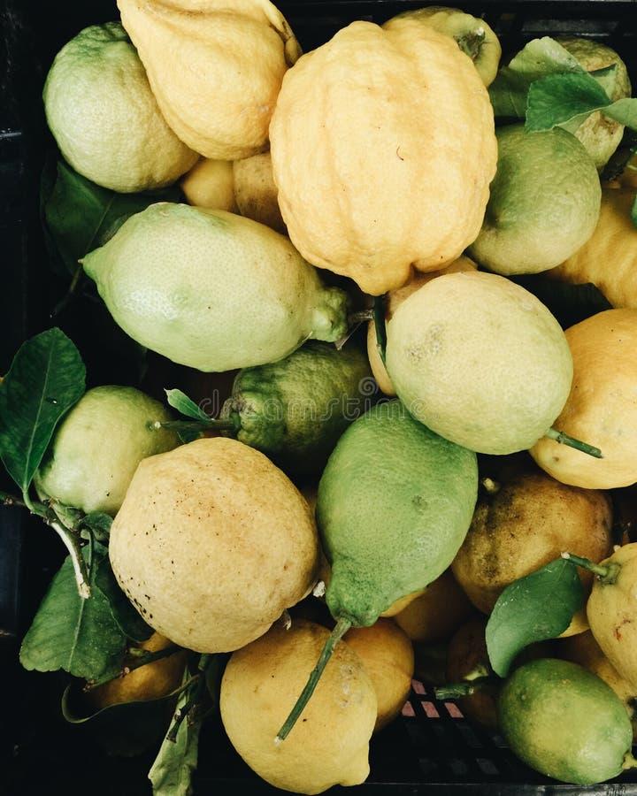 有机柠檬在市场上 免版税库存图片