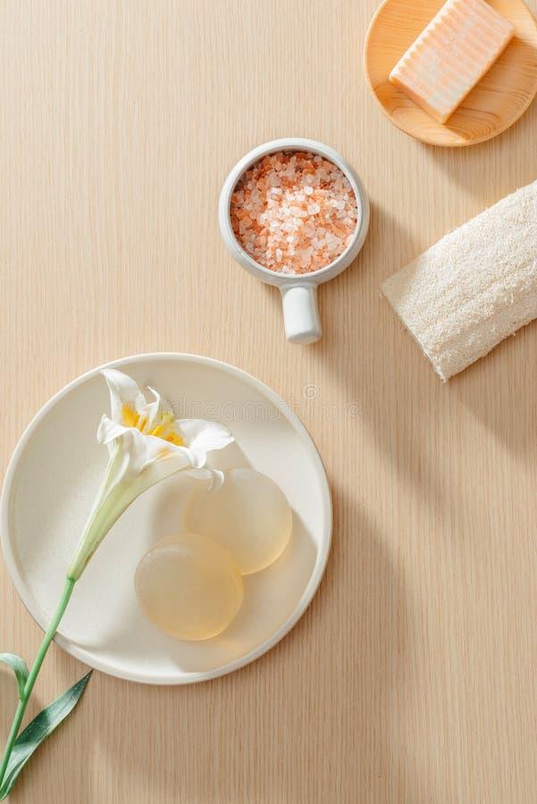 有机温泉skincare产品顶视图与盐、花、毛巾和米肥皂的 免版税图库摄影