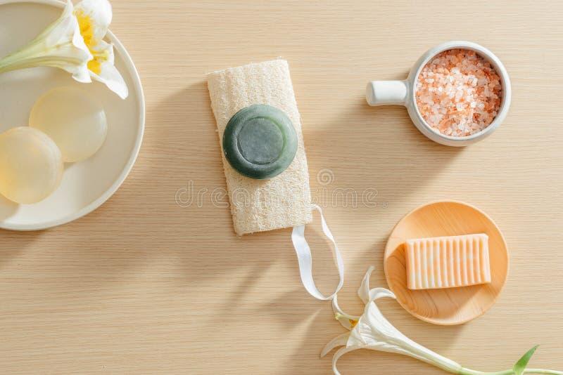 有机温泉skincare产品顶视图与盐、花、毛巾和米肥皂的 免版税库存照片
