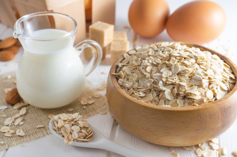 有机燕麦剥落、新鲜的牛奶和鸡蛋 r 免版税图库摄影