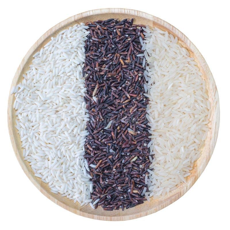 有机米,健康食品,混杂的米,茉莉花白米,米莓果,在白色隔绝的木碗的糯米 图库摄影