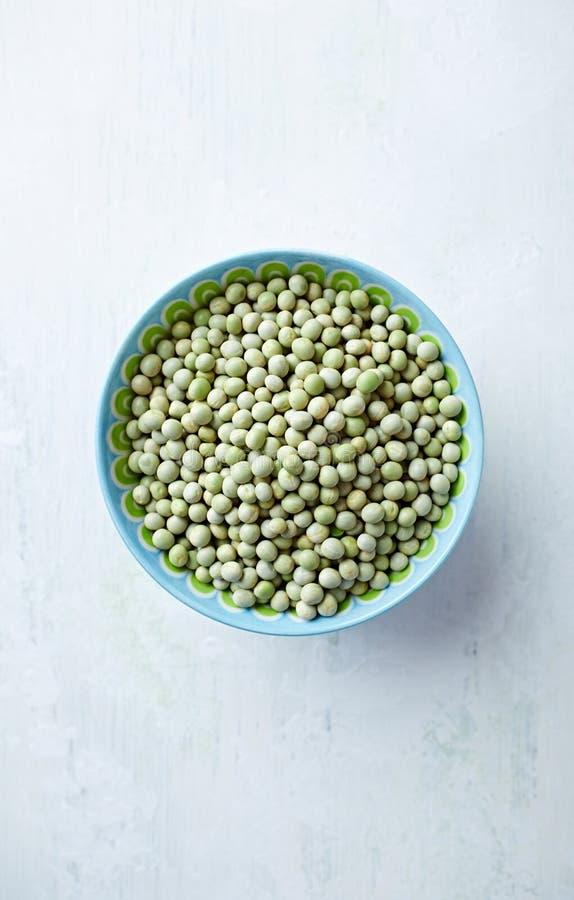 有机绿色在碗的干豌豆 免版税库存图片