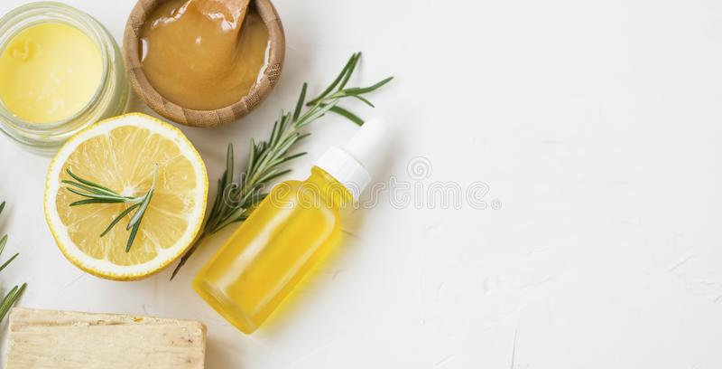 有机自然skincare产品用草本柠檬和迷迭香油、manuka蜂蜜、自然肥皂和药膏香脂 免版税库存图片