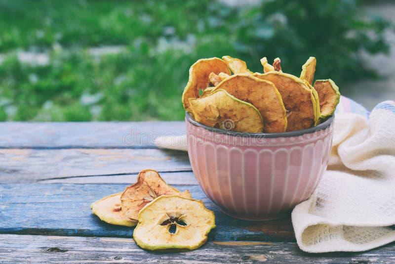有机苹果芯片 干果子 健康甜快餐 被脱水的和未加工的食物 复制空间 免版税图库摄影