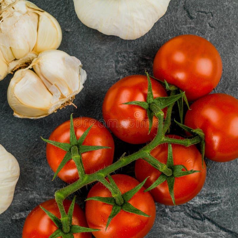 有机藤被种植的蕃茄用大蒜 库存图片