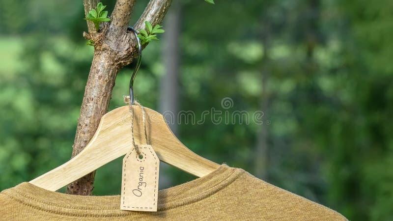 有机衣裳 自然色的T恤杉外面 免版税库存图片