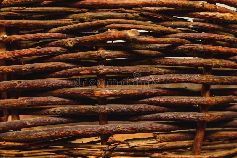 有机被编织的杨柳柳条篱芭盘区适用于工艺、野餐或者从事园艺的背景 免版税图库摄影