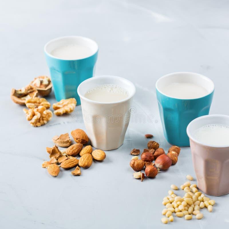 有机非素食主义者日志牛奶的分类从坚果的 库存图片