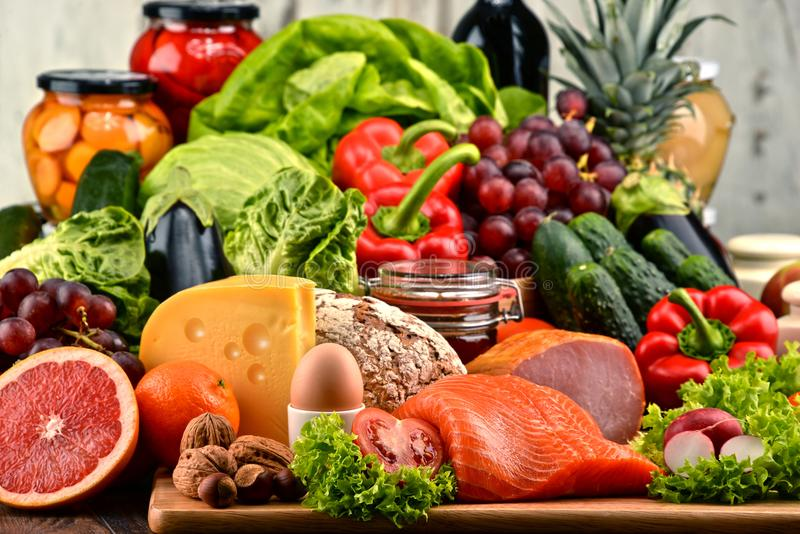 有机食品包括菜果子面包牛奶店和肉 免版税库存照片