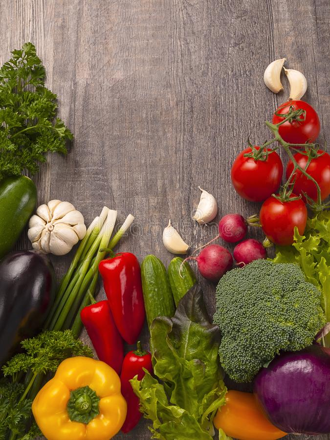 有机食品 在木桌上的新鲜蔬菜 图库摄影