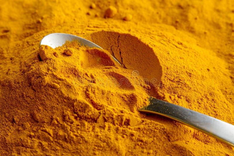 有机黄色姜黄粉末 免版税库存照片