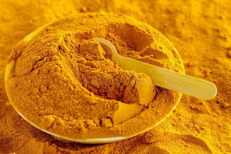 有机黄色姜黄粉末 免版税图库摄影