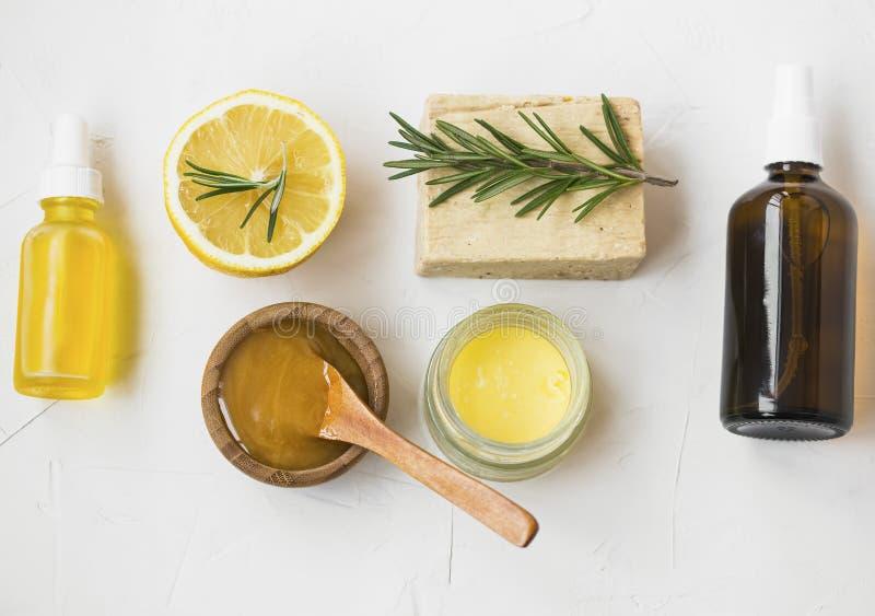 有机skincare成份用manuka蜂蜜,柠檬,迷迭香,面孔油,药膏香脂,自然肥皂和面对喷水,顶面 库存照片