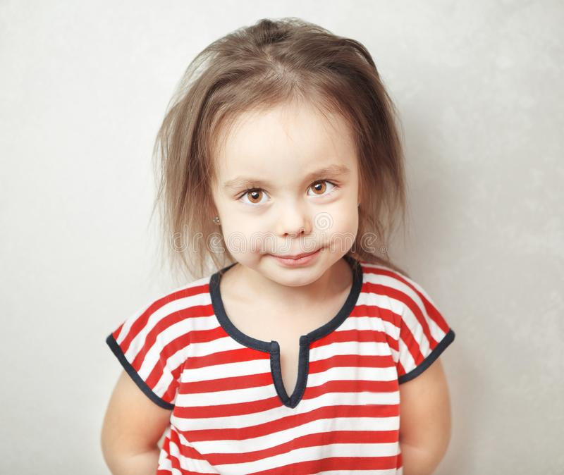有杂乱头发和镇静面孔表示的小女孩 免版税图库摄影