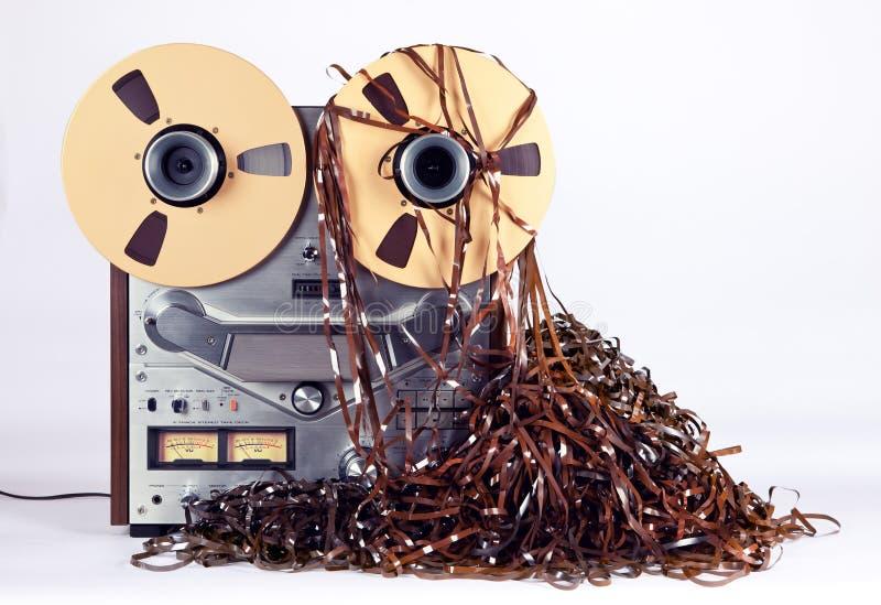 有杂乱被卷入的磁带的开放卷轴磁带机唱机 库存照片