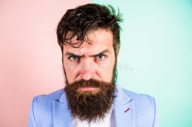 有杂乱被弄乱的头发和长的胡子的行家人需要理发师服务 保持关于发型的头发整洁和关心 人 免版税图库摄影