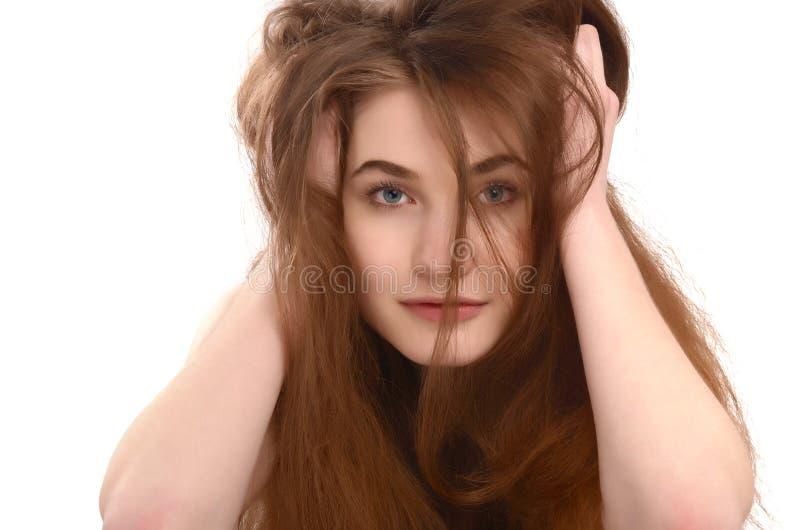 有杂乱长的棕色头发的女孩。 库存照片