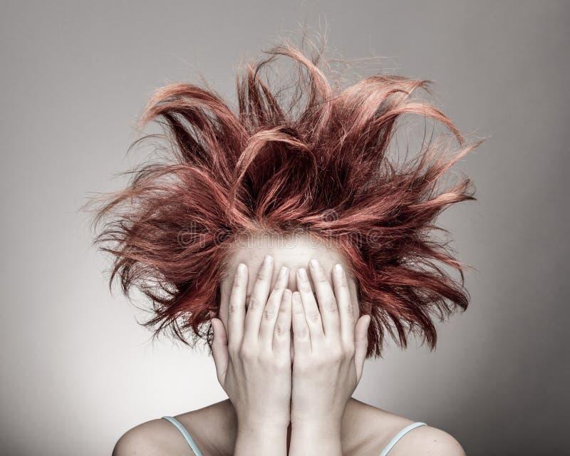 有杂乱头发的害怕妇女 库存照片